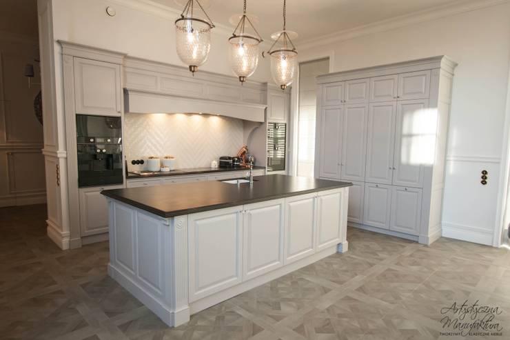 widok na wyspę od strony salonu: styl , w kategorii Kuchnia zaprojektowany przez ARTYSTYCZNA MANUFAKTURA MEBLE,Klasyczny
