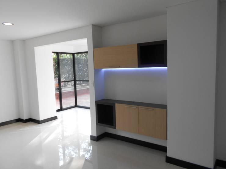 REMODELACION APTO 101 CR TORRES DEL PRADO : Salas de estilo  por ARQUITECTONI-K Diseño + Construcción SAS