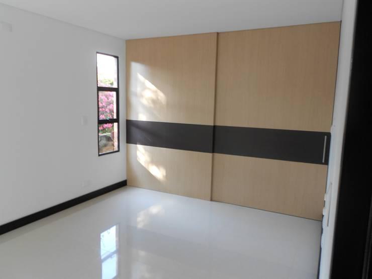 REMODELACION APTO 101 CR TORRES DEL PRADO : Habitaciones de estilo  por ARQUITECTONI-K Diseño + Construcción SAS