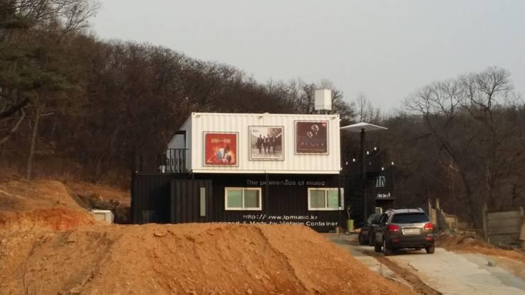 은퇴부부를 위해 지은 2층 컨테이너 카페주택: 신짱 칼라하우스의  주택,모던 철 / 철강