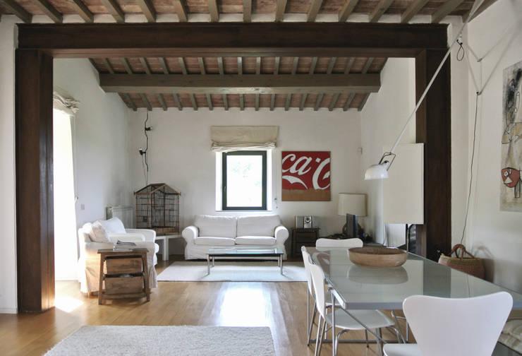 Fienile in Toscana: Soggiorno in stile in stile Moderno di Studio Sarpi