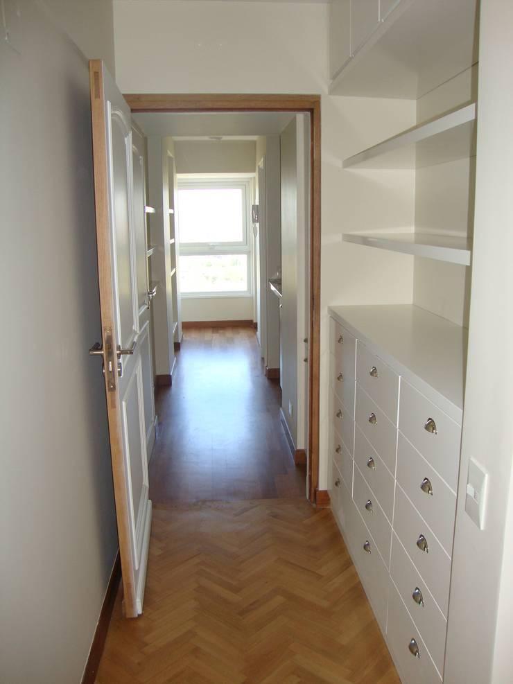 Circulación  con espacio de guardado: Pasillos y recibidores de estilo  por Hargain Oneto Arquitectas