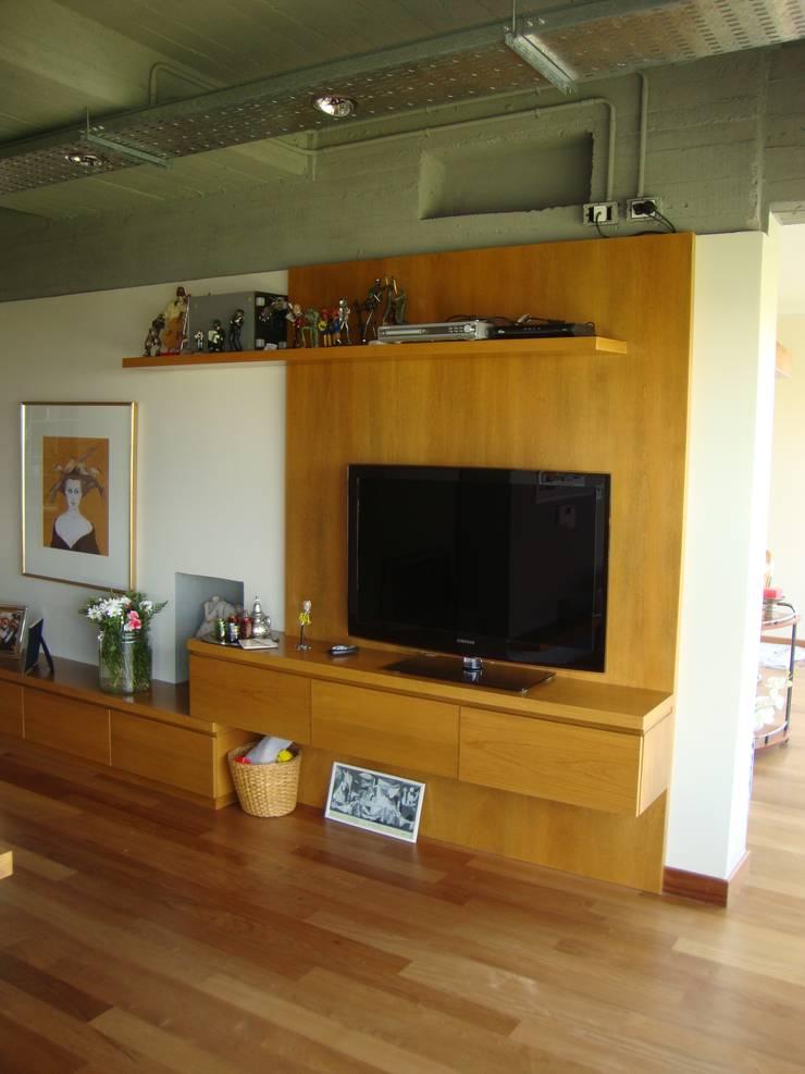 Sector TV Salas multimedia modernas de Hargain Oneto Arquitectas Moderno Madera maciza Multicolor
