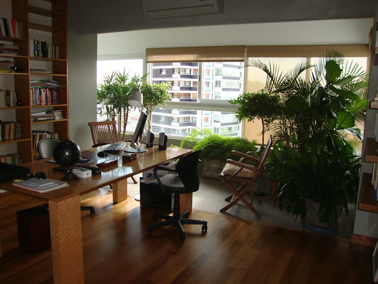 Escritorio con Jardin Estudios y oficinas modernos de Hargain Oneto Arquitectas Moderno Madera maciza Multicolor