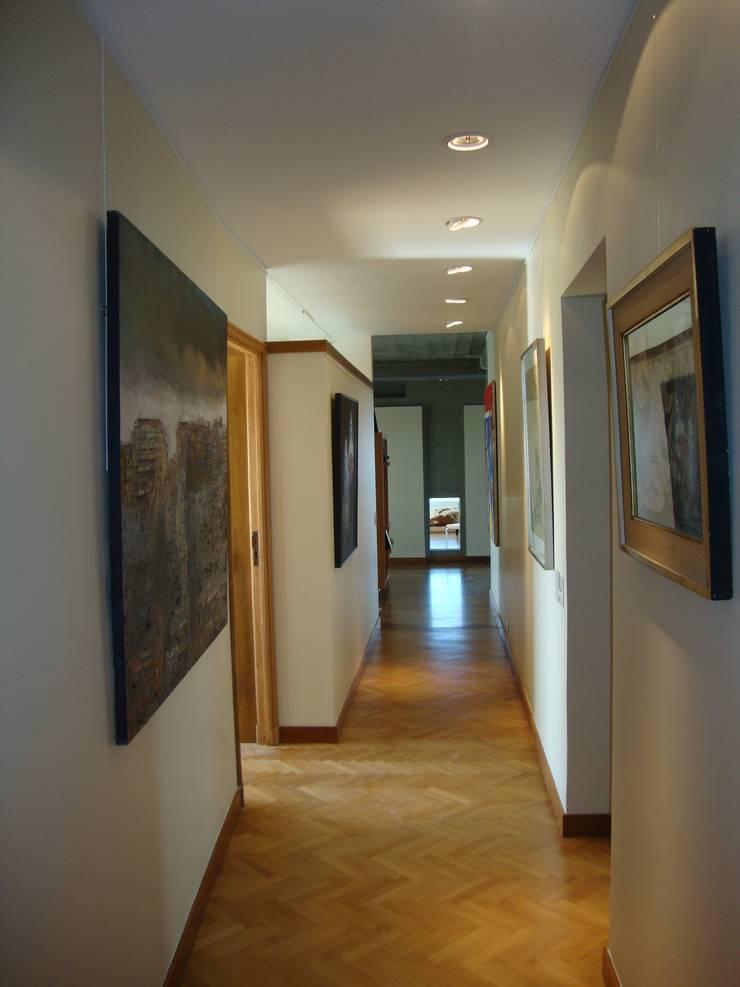circulación con obras de arte!! Pasillos, vestíbulos y escaleras modernos de Hargain Oneto Arquitectas Moderno Madera maciza Multicolor