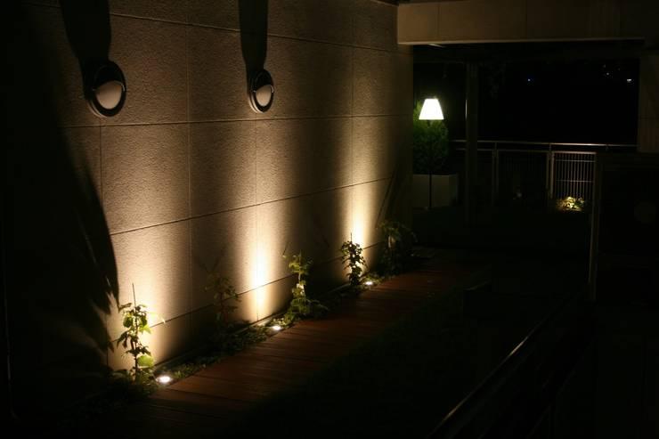 oswietlenie ogrodowe: styl , w kategorii Taras zaprojektowany przez Ogrodowa Sceneria,Nowoczesny