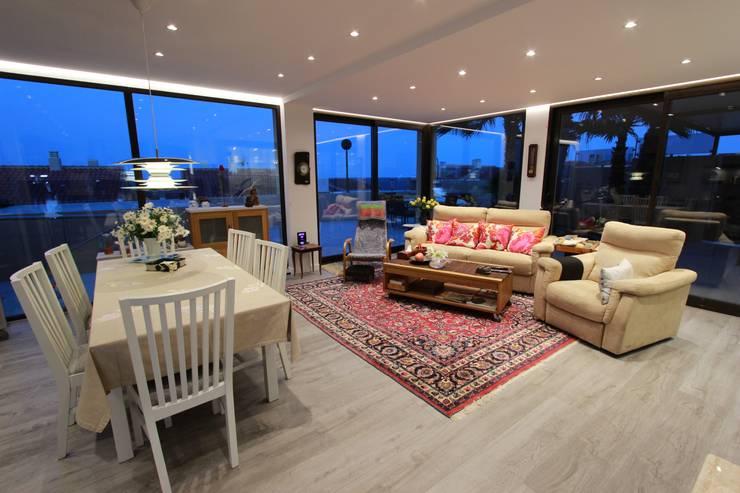 Reforma de vivienda con etiqueta de eficiencia energética A (Gran Alacant, Santa Pola): Salones de estilo escandinavo de Novodeco