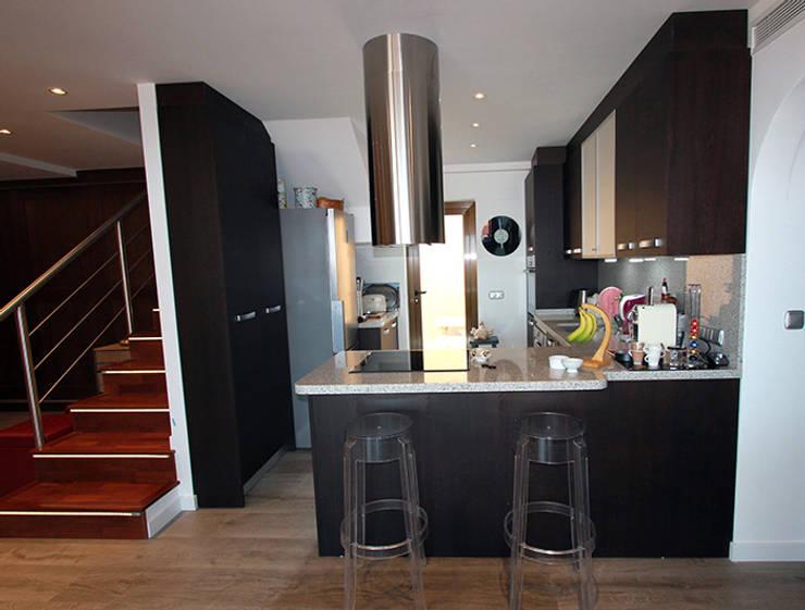 Reforma de vivienda con etiqueta de eficiencia energética A (Gran Alacant, Santa Pola): Cocinas de estilo escandinavo de Novodeco