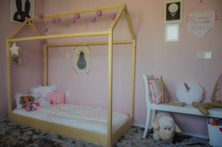 Little House bed: Quarto de crianças  por Puro Amor