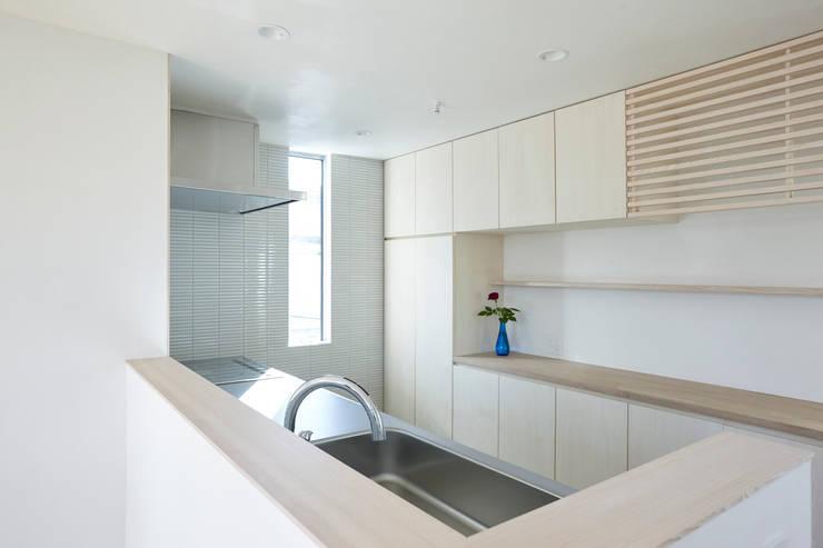 要町の家 吹抜けを通して光が溢れる家: エトウゴウ建築設計室が手掛けたキッチンです。