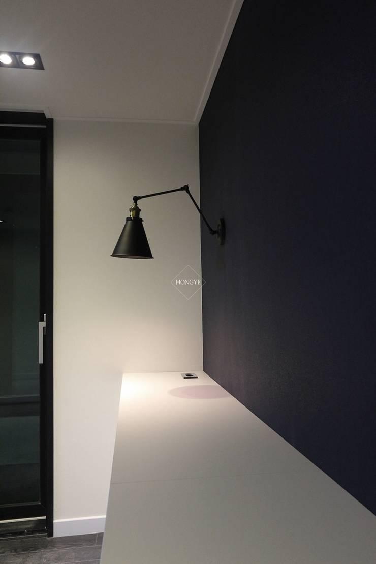 블랙&화이트의 모던한 39py 아파트인테리어: 홍예디자인의  침실