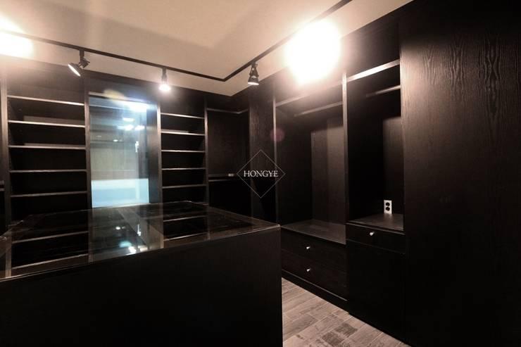 블랙&화이트의 모던한 39py 아파트인테리어: 홍예디자인의  드레스 룸