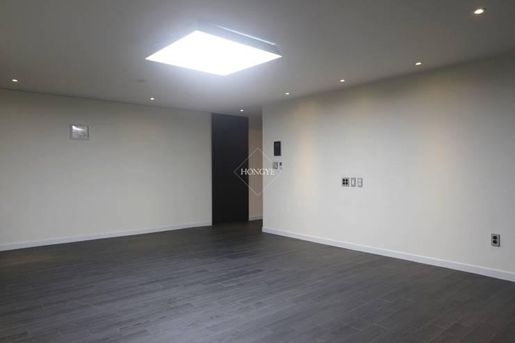 블랙&화이트의 모던한 39py 아파트인테리어: 홍예디자인의  거실
