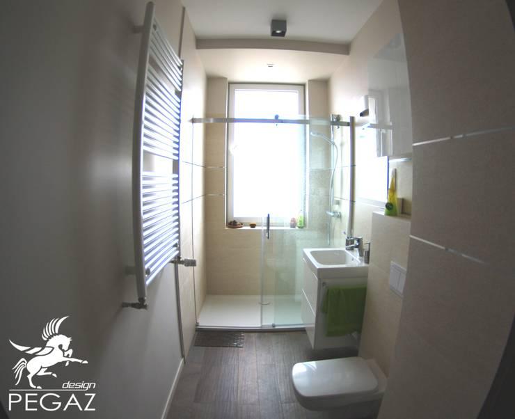 realizacja mieszkania z czerwienią w tle: styl , w kategorii Łazienka zaprojektowany przez Pegaz Design Justyna Łuczak - Gręda