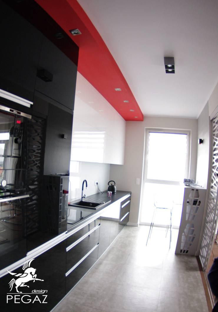 realizacja mieszkania z czerwienią w tle: styl , w kategorii Kuchnia zaprojektowany przez Pegaz Design Justyna Łuczak - Gręda