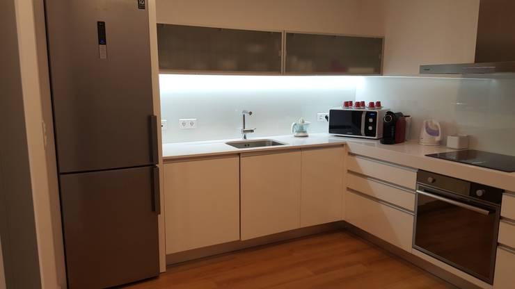 Apartamento T3: Cozinha  por Decoracoes Gina, Lda