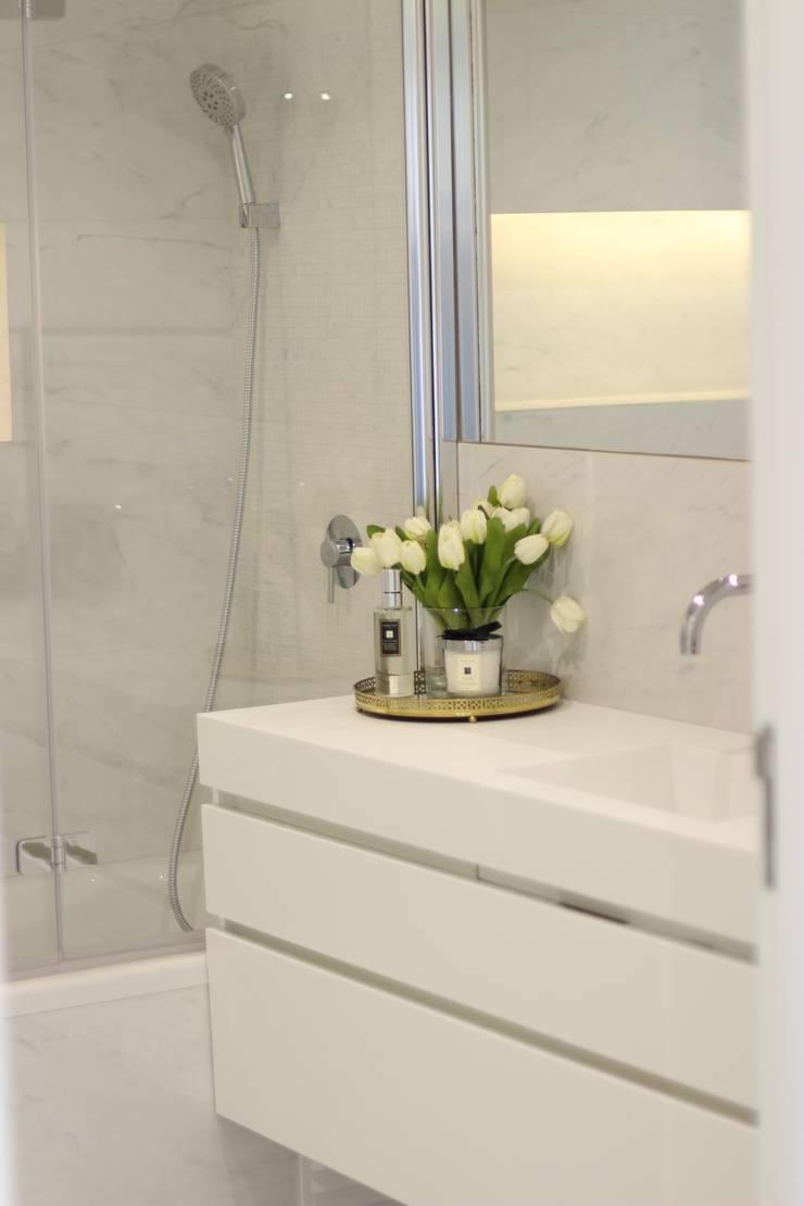 Telheiras House: Casas de banho  por Catarina Batista Studio