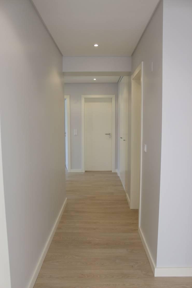 Telheiras House: Corredores e halls de entrada  por Catarina Batista Studio
