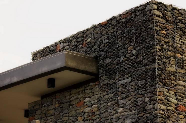 Acceso a Barrio Cerrado Casas rústicas de AGUIRRE+VAZQUEZ Rústico Piedra