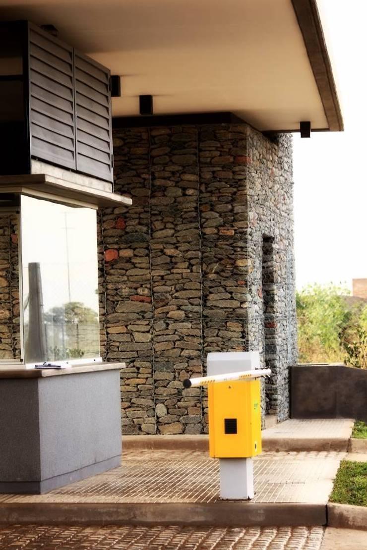 Acceso a Barrio Cerrado: Casas de estilo  por AGUIRRE+VAZQUEZ