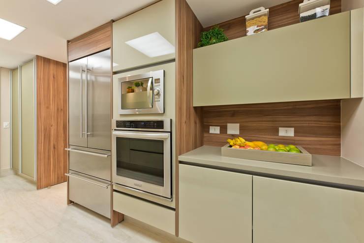 Residência Água Verde L&O: Cozinhas  por VL Arquitetura e Interiores