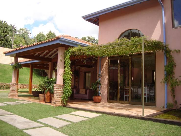 Residência no Jardim Santa Helena: Casas  por Bia Maia & Guta Carvalho Arquitetura, Design e Paisagismo