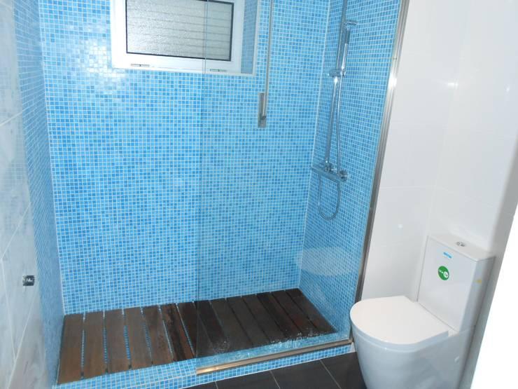 Remodelação de w.c: Casas de banho  por Officina de Interiores