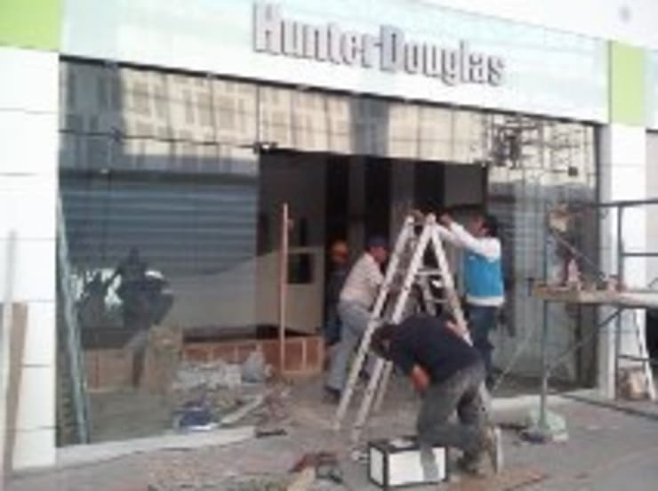 fachadas: Bares y discotecas de estilo  por CRISAL