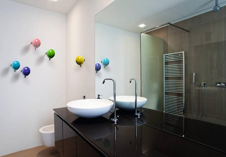 Gancio Appendiabiti da parete Mini Balloon: Bagno in stile in stile Moderno di Creativando Srl