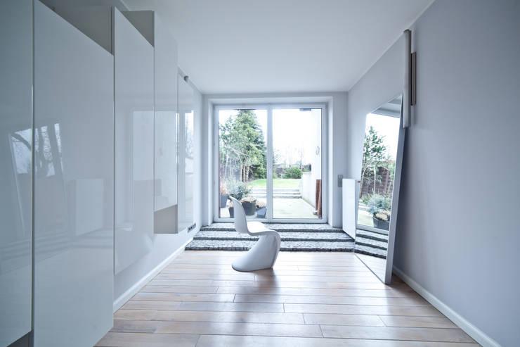 Dom jednorodzinny pod Poznaniem.: styl , w kategorii Salon zaprojektowany przez wnętrzarki,Nowoczesny