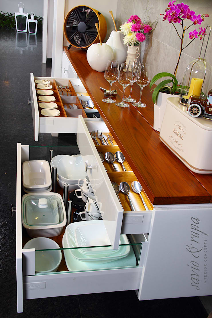 Bullet Counter with Organizers:  Kitchen by Savio and Rupa Interior Concepts