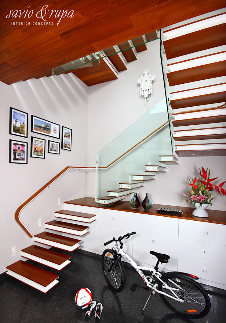 Cantilevered Staircase with Inbuilt Shoe Storage:  Corridor, hallway & stairs  by Savio and Rupa Interior Concepts