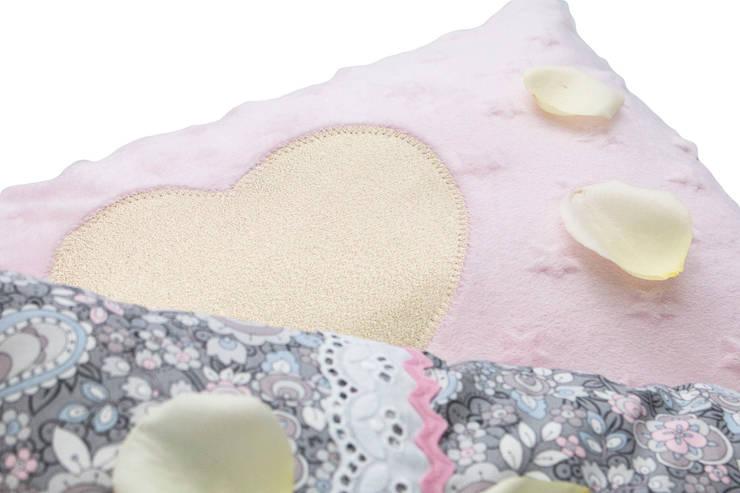 Paisley & Sparkling Pillows: Quarto de crianças  por Magic Nest