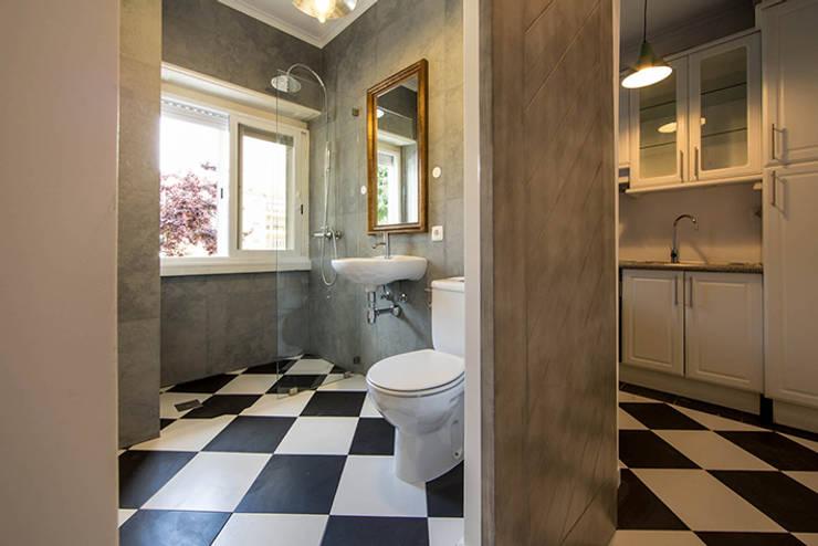 Remodelação de apartamento: Casas de banho  por Architect Your Home