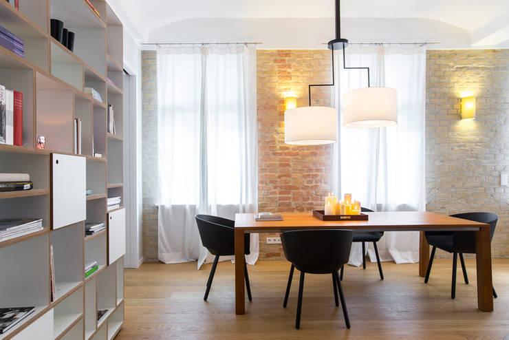 Esszimmer. Dining room:  Esszimmer von CONSCIOUS DESIGN - INTERIORS