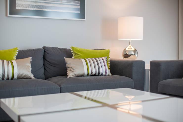 Um apartamento contemporâneo: Salas de estar  por Architect Your Home