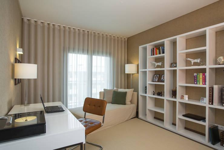 Um apartamento contemporâneo: Quartos  por Architect Your Home