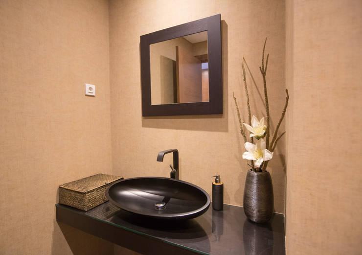 Um apartamento contemporâneo: Casas de banho  por Architect Your Home