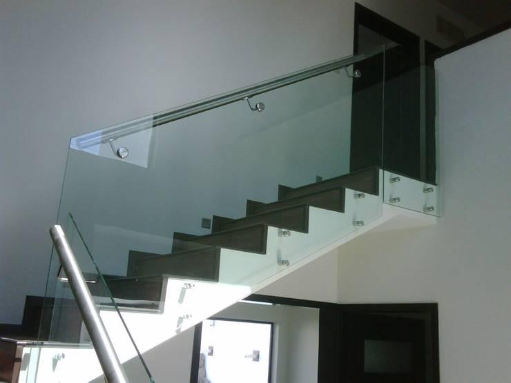 MODELO GLASS : Salas/Recibidores de estilo moderno por POSAINOX, CA