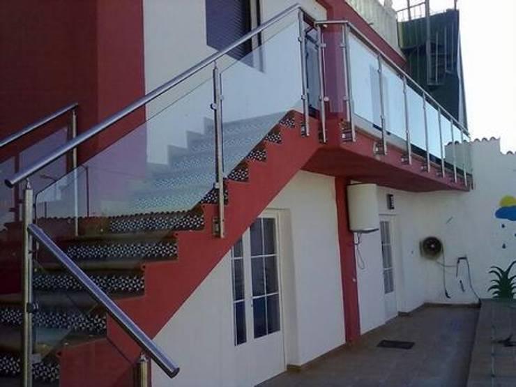 MODELO GLASS : Balcones, porches y terrazas de estilo  por POSAINOX, CA