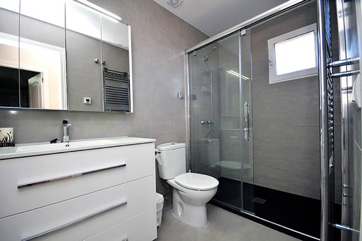 Baños de estilo moderno por Novodeco