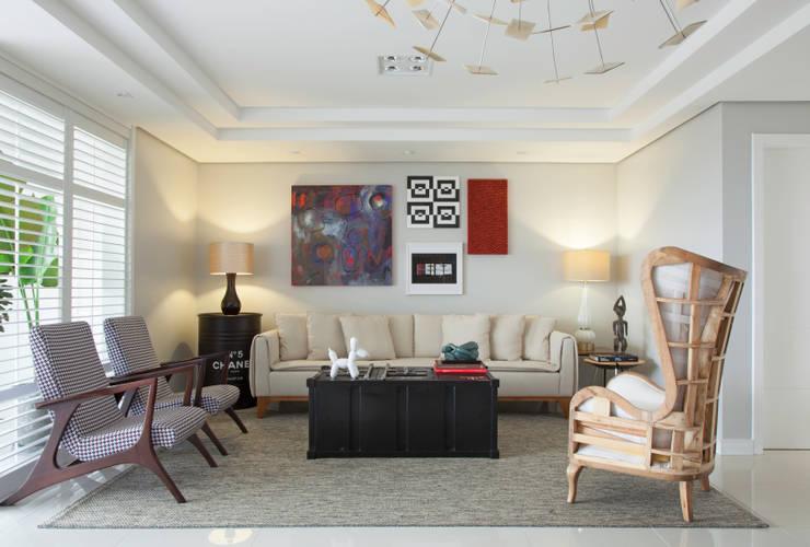 Artsy Design Apartment: Salas de estar ecléticas por Johnny Thomsen Design de Interiores