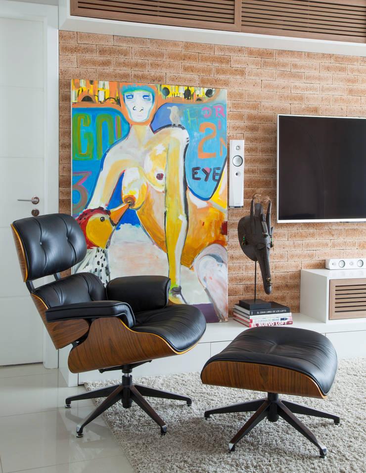 Media room by Johnny Thomsen Arquitetura e Design