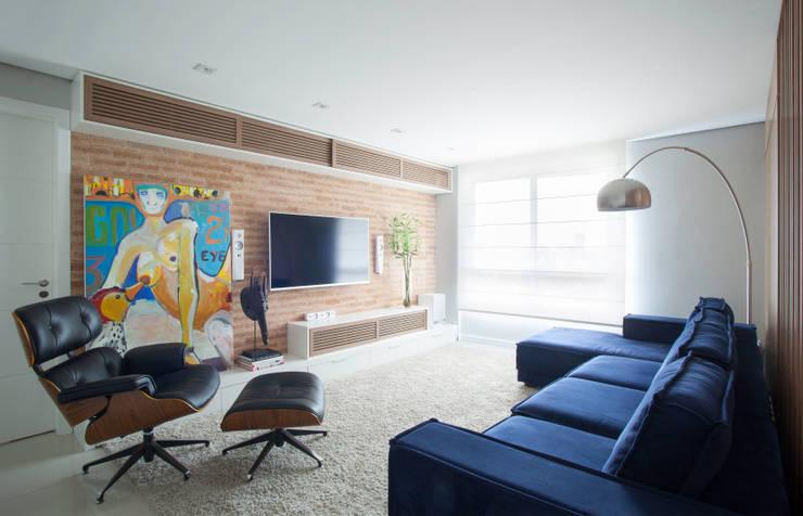 Artsy Design Apartment: Salas multimídia ecléticas por Johnny Thomsen Design de Interiores