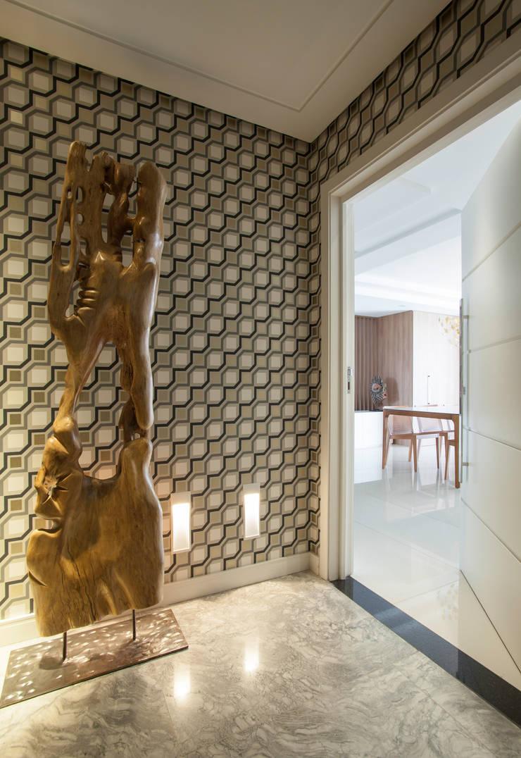 Corridor & hallway by Johnny Thomsen Arquitetura e Design