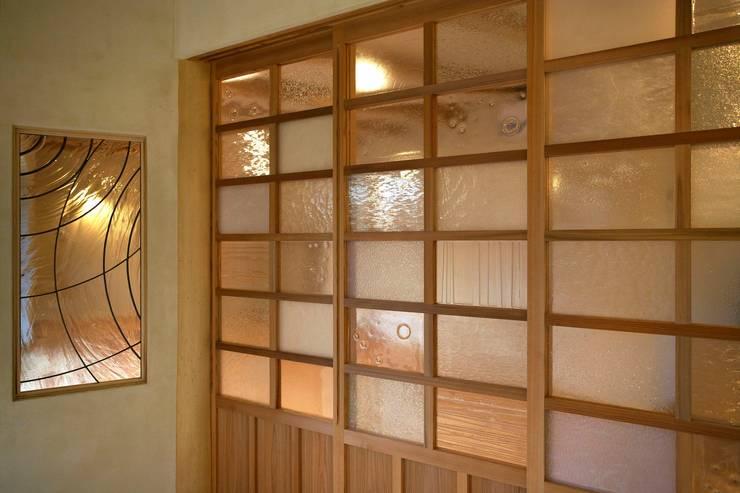 ルーフガーデンのある家: 大森建築設計室が手掛けた窓です。