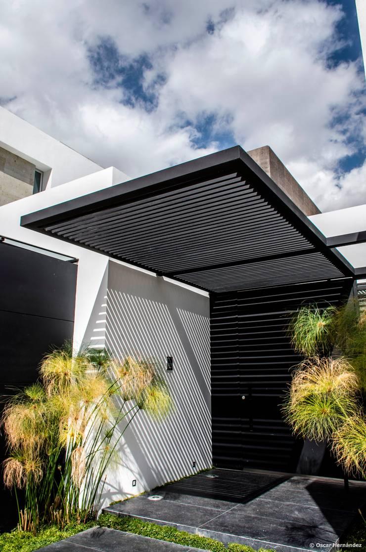 casaMEZQUITE: Puertas principales de estilo  por BAG arquitectura