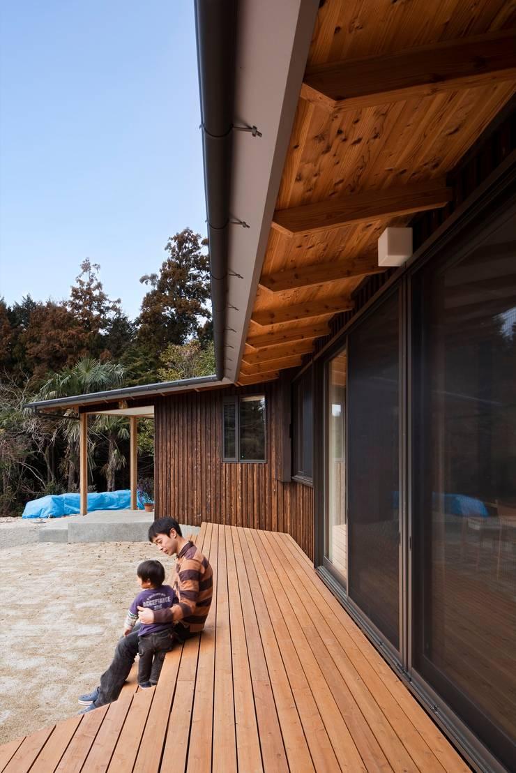 樹を繋ぐ家: 大森建築設計室が手掛けたテラス・ベランダです。