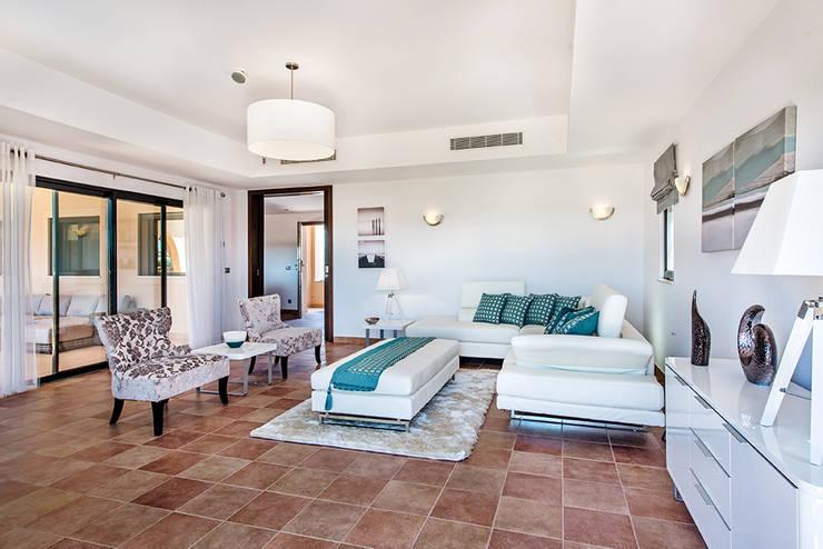 Frontera Lounge: Sala de estar  por Frontera Furniture Algarve
