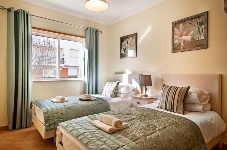 Frontera Bedroom: Quarto  por Frontera Furniture Algarve